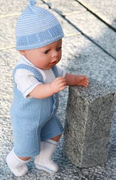 Lovely doll knitting pattern to Baby born in light blue and white, easy to knit Knitting Dolls Clothes, Crochet Doll Clothes, Knitted Dolls, Doll Clothes Patterns, Baby Knitting Patterns, Baby Patterns, Baby Boy Doll Clothes, Baby Doll Carrier, Baby Alive Dolls
