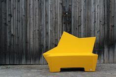 Eine neue Kategorie schafft Q-BIQ mit passenden Möbeln zu wiederkehrenden Anlässen. X-MAS Line mit Baum, Stern und Lebkuchenmann sind die neuen Kreationen für Weihnachten 2015. Der isolierende Hartschaumkern ermöglicht ein warmes Sitzgefühl auch in kalter Jahreszeit. Die robuste Beschichtung macht das Möbel outdoorfähig und der farbenfrohe Lack zieht die Blicke auf sich.Als Sitzbank für 2 Personen verbreiten die Möbel weihnachtliche Atmosphäre in Malls, auf Plätzen oder in Parks.