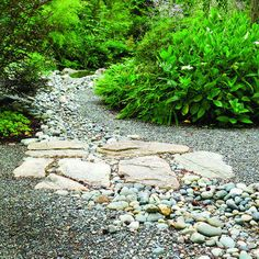 24 landscaping ideas with stoneSolving drainage problems in styleMix gravel with rocks of varing sizes to add interest in large areas. This technique also solved a drainage problem.