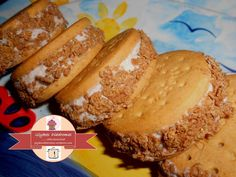 Banana ice cream sandwiches / glykesdiadromes.wordpress.com Hot Dog Buns, Hot Dogs, Banana Ice Cream, Sandwiches, Wordpress, Bread, Food, Brot, Essen