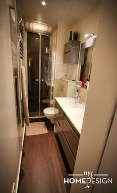 Côté salle de bain : Toute petite, elle servait de débarras. Le but était de la transformer en salle de bain parentale. Nous avons revu l'agencement afin de pouvoir y intégrer une douche, des WC et un meuble avec double vasque.