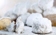 Kourabiedes - Φανταστικοί κουραμπιέδες (Το Πρωινό 11.12) Greek Sweets, Greek Desserts, Greek Recipes, Greek Cookies, Cake Cookies, Xmas Food, Christmas Sweets, Sweets Recipes, Cooking Recipes