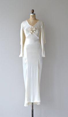 Gorgeous vintage early bias cut silk wedding gown with long sleeves that balloon at the elbow finishing with fabric buttons wide V neckline Antique Wedding Dresses, Best Wedding Dresses, 1930s Wedding, Gown Wedding, Wedding Shoes, Vintage Outfits, Vintage Dresses, 1930s Fashion, Vintage Fashion