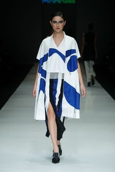Major Minor | Ready-to-Wear - Spring 2018 | Look 6 Jakarta Fashion Week, Spring Outfits Women, Klein Blue, Textile Design, Fashion Models, Pattern Design, Ready To Wear, Fashion Accessories, Clothes For Women