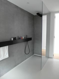 Badezimmer Armaturen in Schwarz – Stilvolle und moderne Badausstattung, WOHNKULTUR, minimalistisches design graue wand dusche trennwand glas badezimmer armaturen schwarz Modern Bathroom Design, Bathroom Interior Design, Minimalist Bathroom Design, Modern Bathroom Inspiration, Minimalist Showers, Contemporary Bathrooms, Bathroom Designs, Interior Paint, New Home Designs