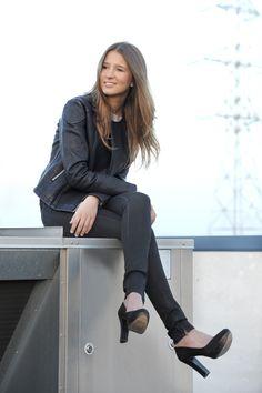 Cazadora de cuero y pantalón negro pitillo www.amichi.es