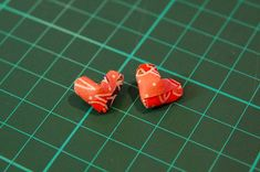 Need some ideas for Valentines? Check out this Step-by-Step tutorial (pictorial!) on how to make Origami (paper) heart earrings! Origami Mouse, Origami Yoda, Origami Dragon, Origami Fish, Origami Paper, Cute Crafts, Diy Crafts, Origami For Beginners, Origami Jewelry