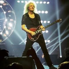 Magic Moments ✨ @BrianMayforreal of #QUEEN in the Lace Button Down from #MENAGERIEINTIMATES  ____________ #BRIANMAY #MENAGERIEMAN #QUEEN #MENINLACE #QUEENTOUR2016 #ONTOUR