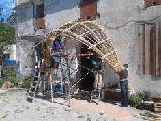 los #voluntarios en la #practica de #canyaviva durante la construcción de un #porche en #mataró