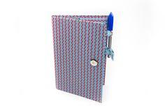 Confira o passo a passo em vídeo exclusivo que preparamos para você aprender a confeccionar uma capa de caderno com encadernação artesanal.