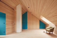 Durch eine raumhohe Schranktür lässt sich der Raum zur Treppe abtrennen