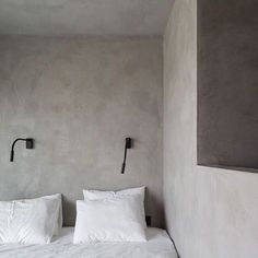 interior - bedroom Natural lime plaster walls & ceiling by Odilon Creations The love of a garden fou Wabi Sabi, Venetian Plaster Walls, Concrete Interiors, Interior Walls, Interior And Exterior, Lime Paint, Grey Walls, Textured Walls, Interiores Design