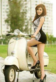 Vespa Scooters, Vespa Bike, Lambretta Scooter, Scooter Motorcycle, Motorbike Girl, Motos Vespa, Piaggio Vespa, Vespa Vintage, Biker Chick
