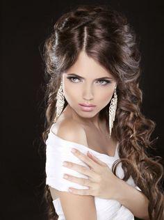 Un peinado semirecogido puede ir con una cara triangular si lo apareas con un par de pendientes largos. #peinados #novia
