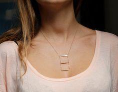 He encontrado este interesante anuncio de Etsy en https://www.etsy.com/es/listing/165001343/bar-necklace-gold-horizontal-bar