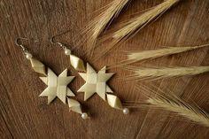 Výsledok vyhľadávania obrázkov pre dopyt How to Make Straw Star Ornaments Flax Weaving, Straw Weaving, Weaving Art, Basket Weaving, Bamboo Crafts, Leaf Crafts, Twigs Decor, Corn Dolly, Straw Art