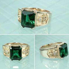 Мужской золотой перстень с зелёным фианитом. По бокам в коронах бриллианты.  Артикул П048, b08d1feee52