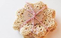 Decorazioni natalizie fai da te per la casa: gli addobbi crochet - Scopri come realizzare delle decorazioni di Natale fai da te utilizzando la tecnica crochet. Potrai creare elementi piani o tridimensionali unici e personalizzati.