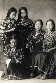 thekimonogallery: Group of Japanese girls. About 1910's, Japan. Image via softypapa of Flickr