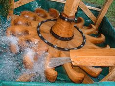 Artisan charron Alain Montpied - construction d'un moulin à roue horizontale Mechanical Engineering Design, Water Timer, Water Turbine, Diy Generator, Hydroelectric Power, Primitive Technology, Water Mill, Earth Homes, Natural Energy