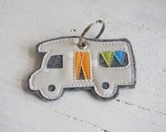 ♥ ♥  *Für Camping- und Wohnmobil-Freunde!*  Süßer Schlüsselanhänger aus grauem Filz mit Applikation aus Wachstuch.   Auf Wunsch auch in anderen Farben erhältlich!  In meiner Shopkategorie...