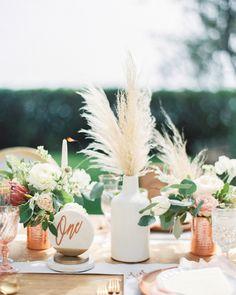 Capim dos Pampas na decoracao do casamento 77 Grass Centerpiece, Orchid Centerpieces, Small Centerpieces, Wedding Table Decorations, Garland Wedding, Wedding Centerpieces, Wedding Bouquets, Decor Wedding, Quinceanera Centerpieces