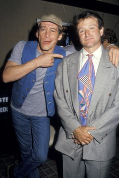 105394842-jim-varney-and-robin-williams-during-showest-gettyimages.jpg (395×594)