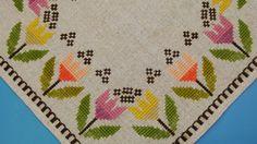 Muy bien hecho de 1970 vintage sin usar hecho a mano la costura plana / cruz-puntada tableta lino bordado / mantel con conventionalized motivo de flor tulipán multicolor en fondo beige. Excelente estado vintage! Tamaño: 12,5 * 13 / pulgada.