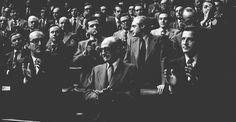 El presidente Adolfo Suárez y los vicepresidentes Fuentes y Gutiérrez Mellado aplauden en pie con el resto de la Cámara Baja tras la aprobación de la ley de Amnistía.