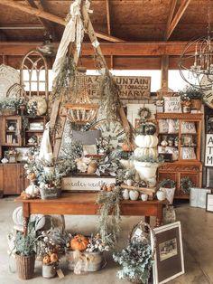Fall Store Displays, Christmas Shop Displays, Gift Shop Displays, Christmas Booth, Vintage Store Displays, Vintage Stores, Retail Displays, Jewelry Displays, Window Displays