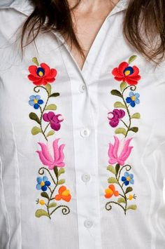 Hungarian Embroidery Stitch Shirt with a typical Kalocsa Hungarian design Crewel Embroidery, Chain Stitch Embroidery, Mexican Embroidery, Hungarian Embroidery, Ribbon Embroidery, Machine Embroidery Projects, Hand Embroidery Designs, Embroidery Patterns, Stitch Head