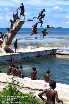 ilha de mocambique marc 2007  ondas enchem a piscina e as criancas   aproveitam. No mesmo dia um cruzeiro   solta a sua ancora em aguas proximas da ilha   (ao fundo na foto) lugar obrigatorio no roteiro turistico   fbranquinho