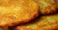 What are latkes? They are potato pancakes that are best known as part of a traditional Hanukkah meal. Latkes are made with potatoes, onion and matzah or breadcrumbs and symbolize the miracle of Hanukkah because they are fried in oil. Milanesa, Food Cakes, Pizza Light, German Potato Pancakes, Bread Recipes, Cake Recipes, Frijoles Refritos, Raw Potato, German Potatoes