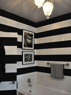 papel de parede listra preta e branca em banheiro