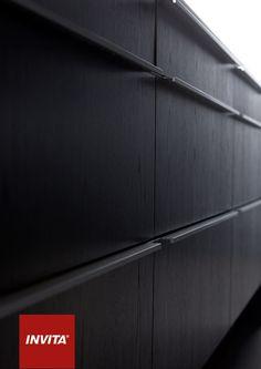 Den sorte bejdsning giver køkkenet en levende overflade, fordi træets årer stadig er synlige.