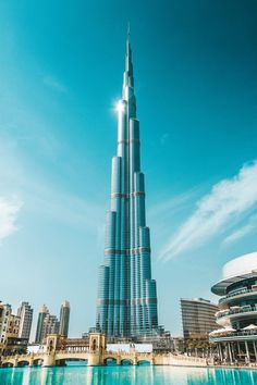 Visit the incredible Burj Khalifa in Dubai, UAE! Click through to see the top 10 things to do in Dubai! Dubai City, Dubai Tower, Dubai Mall, Dubai Beach, Dubai Desert, Dubai Attractions, Apartments In Dubai, Dubai Holidays, Voyager Loin