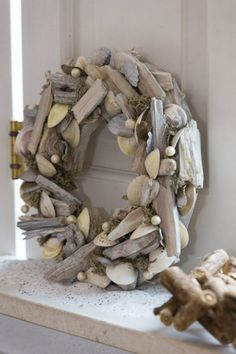 Wreath decorated with driftwood, shells and moss decorated driftwood shells Wohnaccessoiresdiy wreath Driftwood Wreath, Driftwood Projects, Driftwood Art, Burlap Wreath, Seashell Wreath, Beach Crafts, Diy And Crafts, Deco Marine, Cool Coasters