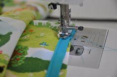 Bekijk hier doe je de dekentjes zelf kan maken. Ik ga het proberen en kan nog niet stikken. Sewing Hacks, Sewing Tips, Sewing Ideas, Fabulous Fabrics, Sewing Techniques, Baby Sewing, Sewing Clothes, Baby Kids, How To Make