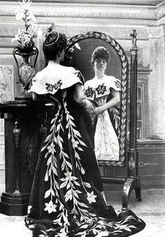 Comtesse de Greffuhle dans une robe du soir de la maison Worth - 1886
