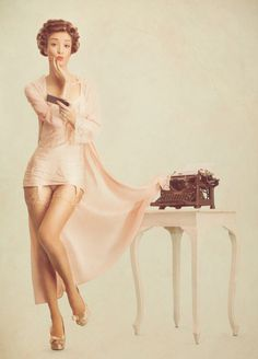 There's something that's not only classy, but sexy about the style of pin up photos. Phlearn explains the concept of their tech inspired retro pin up photoshoot. Retro Pin Up, Estilo Pin Up Retro, Pin Up Girls, Pin Up Fotografie, Retro Fashion, Vintage Fashion, Vintage Style, Retro Style, Vintage Inspired