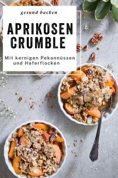Knusprig gebackene Crumbles mit Pekannüssen auf Aprikosen. Unbedingt ausprobieren!
