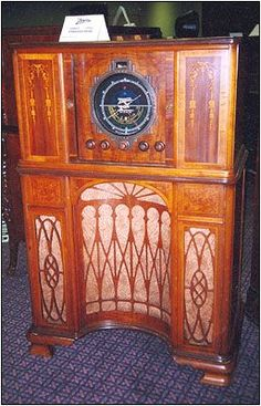 At Radiofest the theme was the Zenith Radio Co. Here is a 1937 Zenith Stratosphere Radio Record Player, Record Players, Tvs, Televisions, Art Deco Furniture, 1920s Furniture, Retro Radios, Old Time Radio, Phonograph