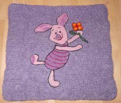 Piglet - tovet/filtet spisebrikke/sitteunderlag Needle Felting, Kids Rugs, Knitting, Decor, Decoration, Decorating, Tricot, Cast On Knitting, Dekoration