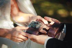 Фотоаппарат в свадебной фотосессии.