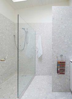 Decoração com o revestimento queridinho do momento, o granilite e também o marmorite. Revestimento aplicado no banheiro, na parede e no piso.     #decoracao #decor #design #revestimento