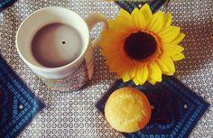 Colazione tè muffin e girasole  breakfast spring flower muffin tea blue white