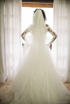 Véu de noiva longo e vestido de noiva de manga comprida. Casamento Naara e Rodrigo. Foto: Diego Pedro.