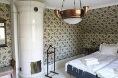 The wallpaper! And the tiled stove! And the ceiling lamp! Ceiling Lamp, Stove, Bedroom Ideas, Mirror, Wallpaper, Furniture, Home Decor, Kitchen Cook, Wallpaper Desktop