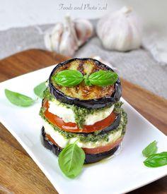 Om het smakelijke 'thema' mozarrela-tomaat-basilicum af te sluiten, kies ik voor één van mijn lievelingshapjes. Heuuul lekker, makkelijk om te bereiden en indrukwekkend aan tafel. ...Als fan van aubergine en tomaten zoek ik steeds smoezen om er gerechten mee te maken met deze keer dit...