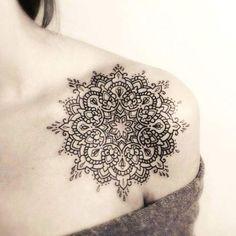 Tatouage de Femme : Tatouage Mandala Noir et gris sur Épaule !